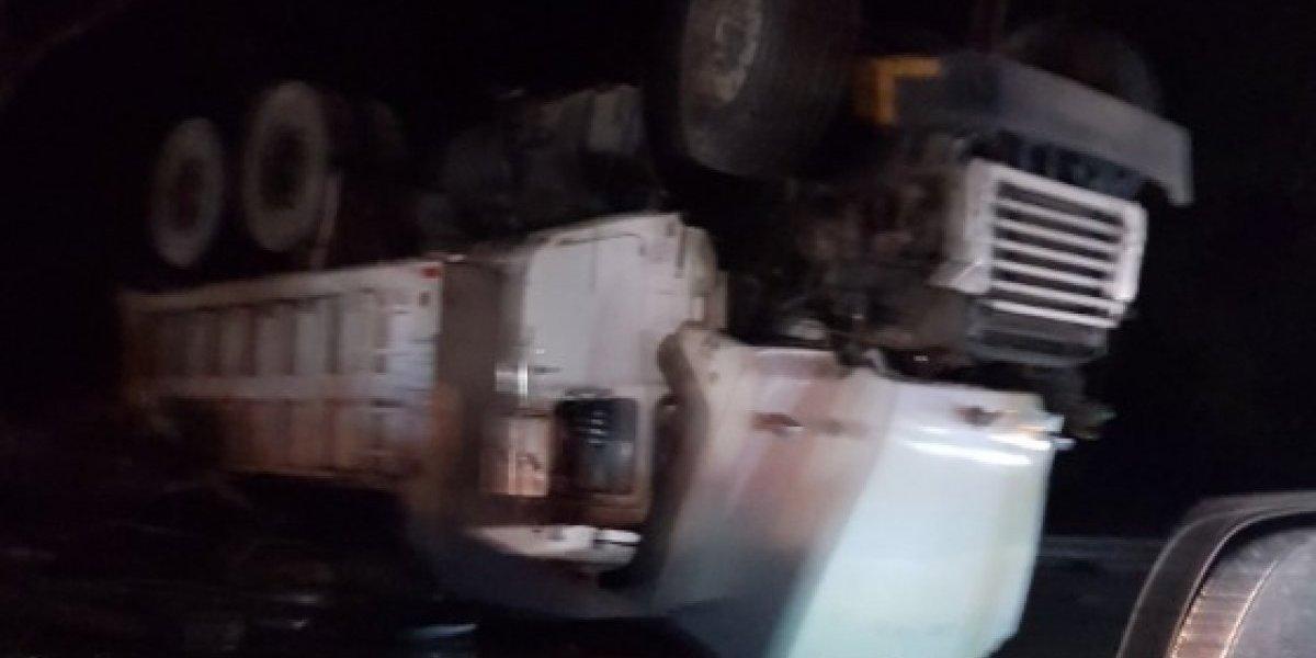 Accidente con camión volcado en autopista Luis A. Ferré