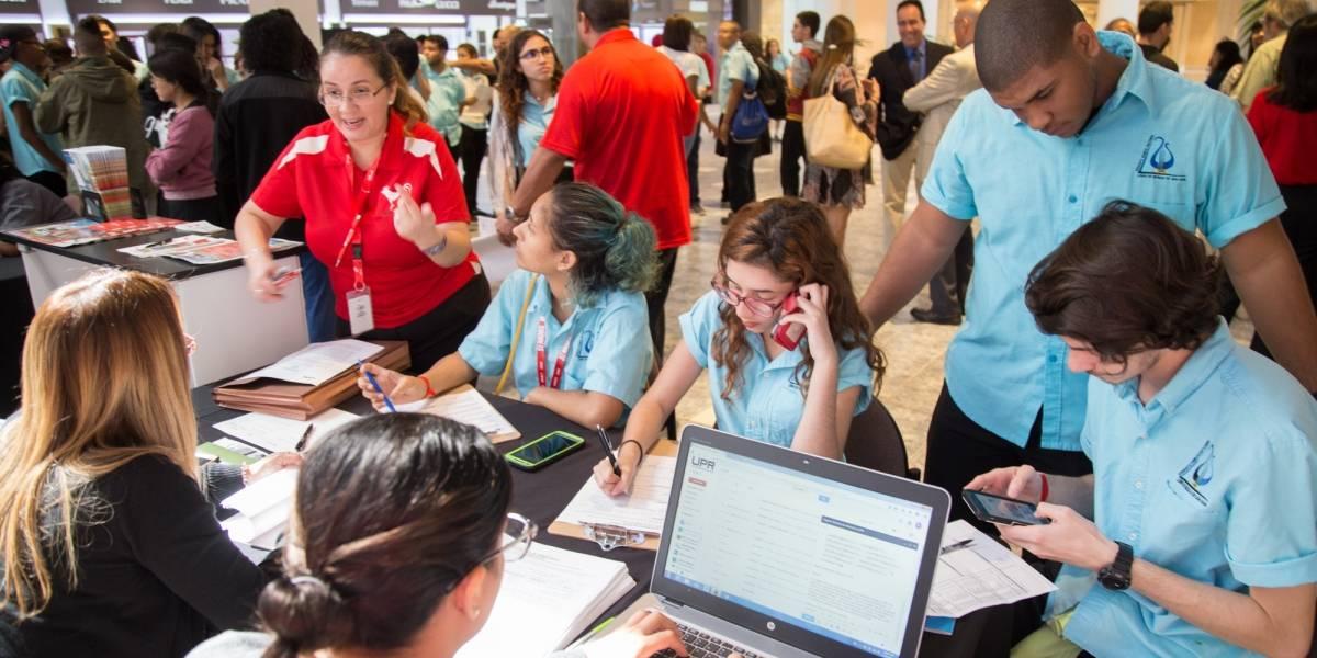 UPR recluta estudiantes en centros comerciales