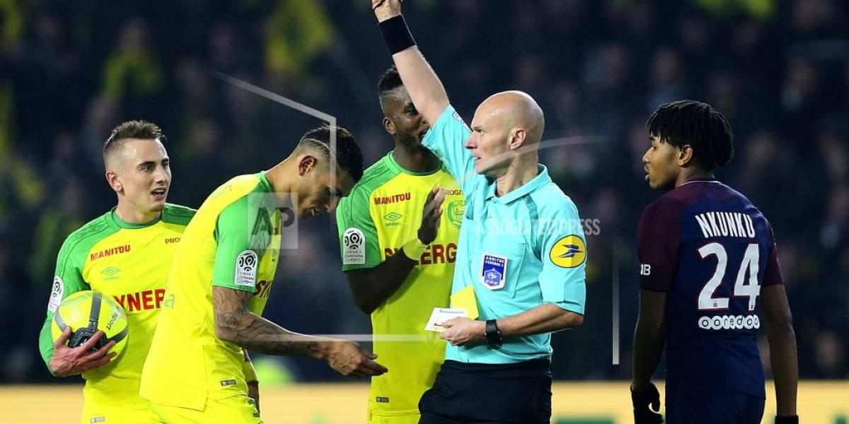 Tony Chapron, árbitro francés, suspendido 3 meses por patear jugador