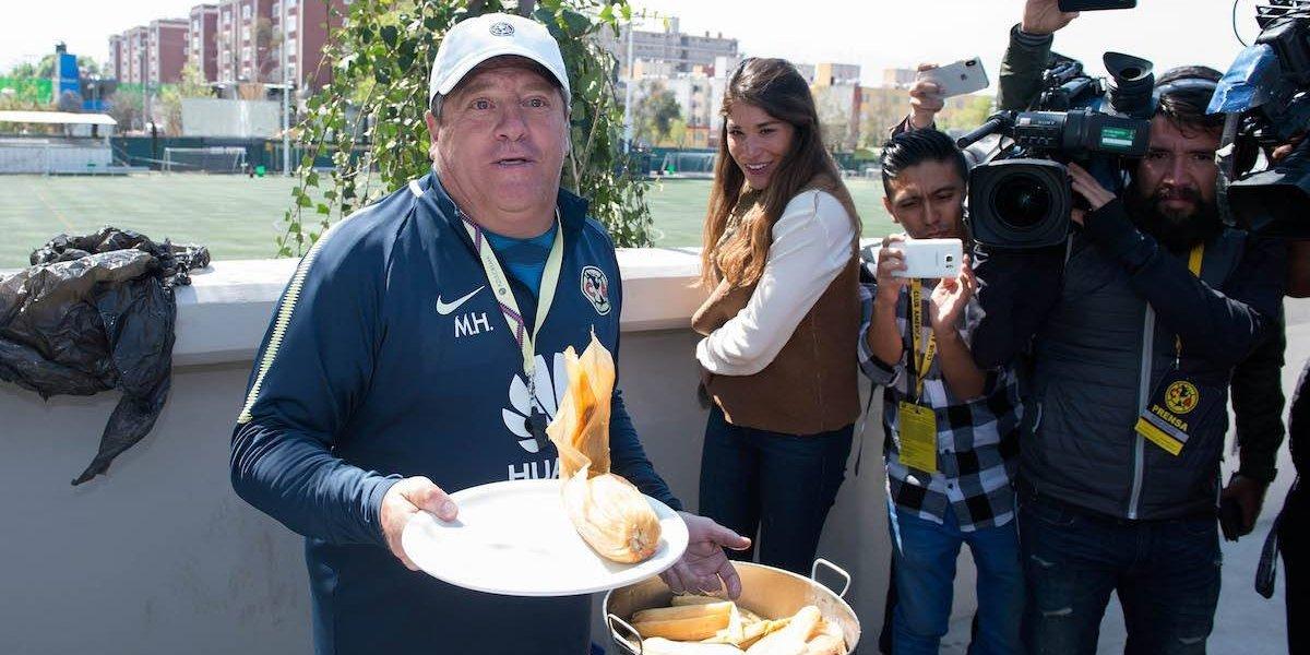 'Piojo' reparte tamales a jugadores del América por el Día de la Candelaria