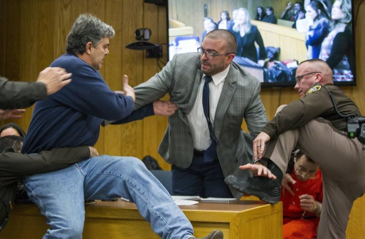 El momento instante en que Larry Nassar es atacado - Foto: AP