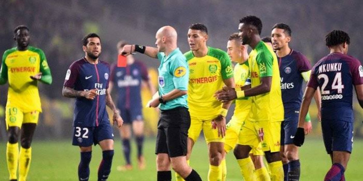 Árbitro francés es suspendido tres meses tras patear a jugador
