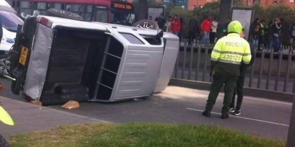 ¡Atención! Monumental trancón por volcamiento de una camioneta en la avenida las Américas