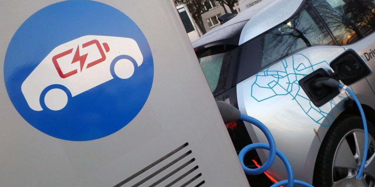 Greenpeace desafía a Piñera: ¿Se movilizaría sólo en autos eléctricos?