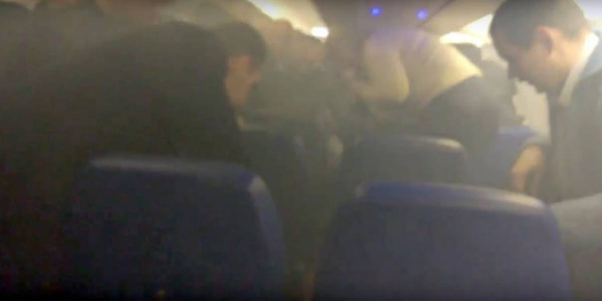 Carregador portátil para celular explode e causa incêndio em avião; veja