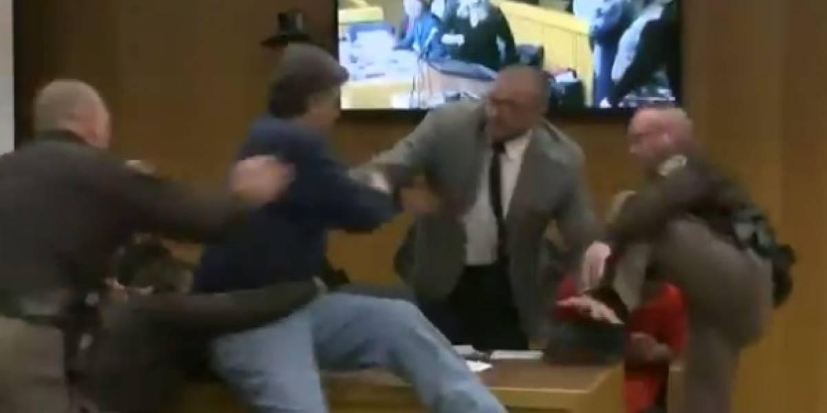VIDEO: Padre de víctimas de Nassar estuvo cerca de golpearlo en audiencia