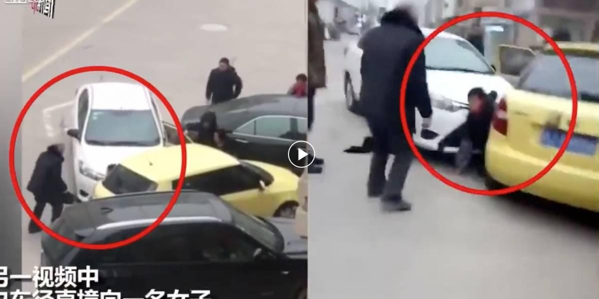 Hombre es golpeado 8 veces entre 2 autos