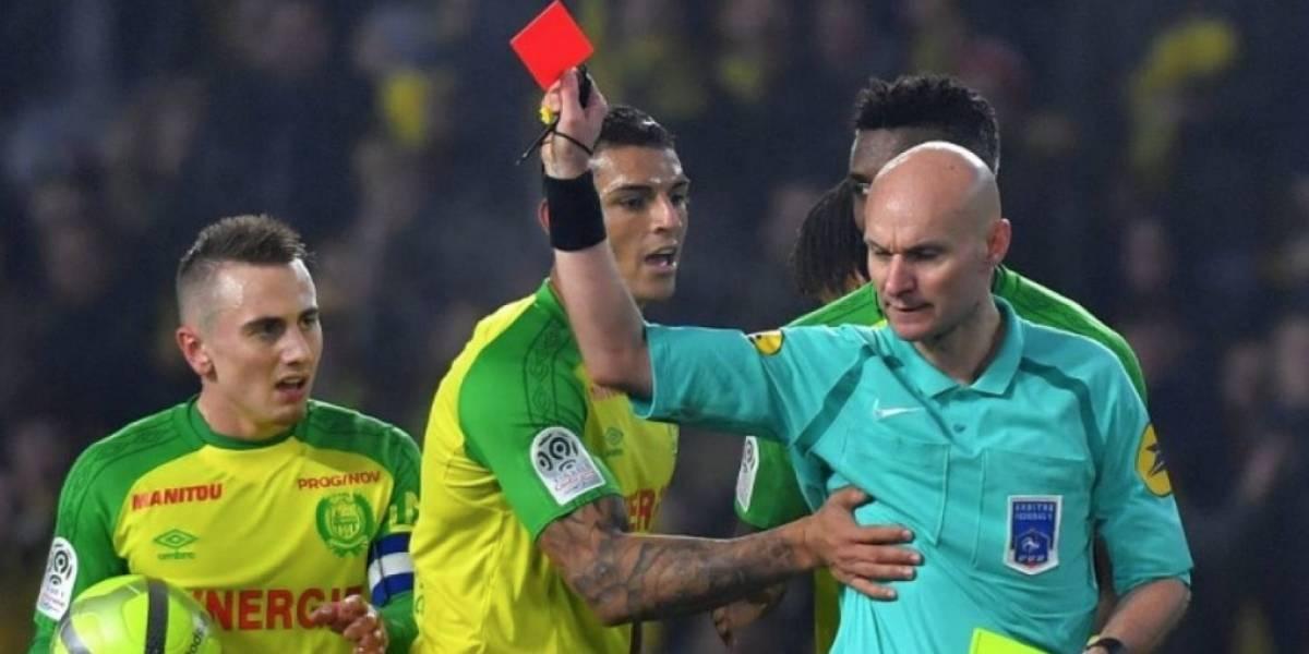 Confirman suspensión para árbitro francés que dio una patada a un jugador