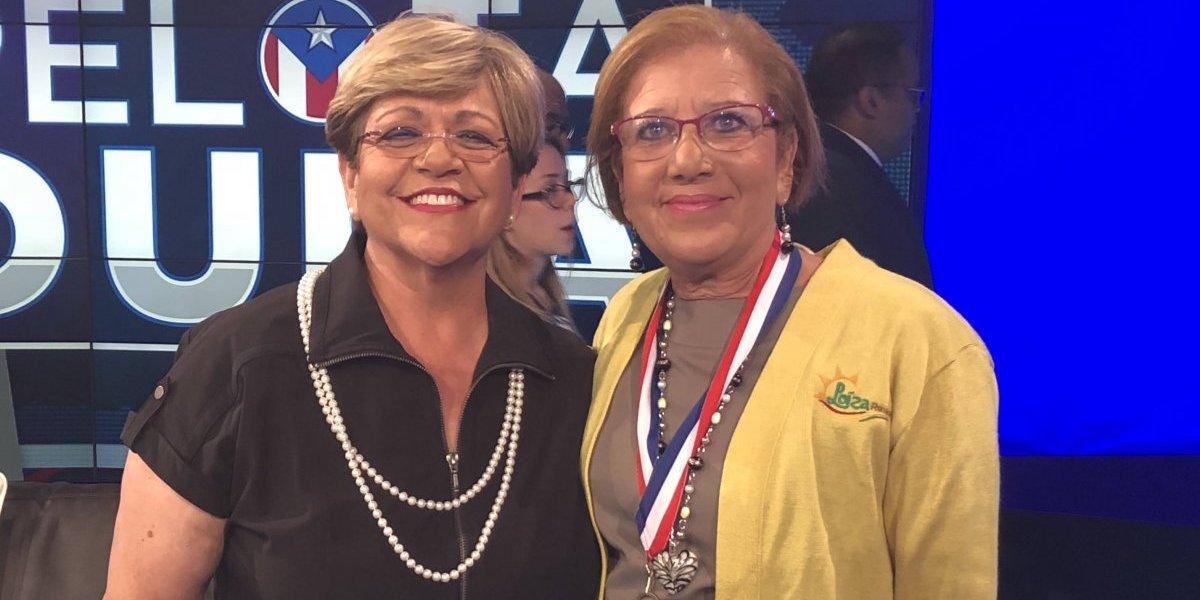 Mayita comparte su medalla con la alcaldesa de Loíza
