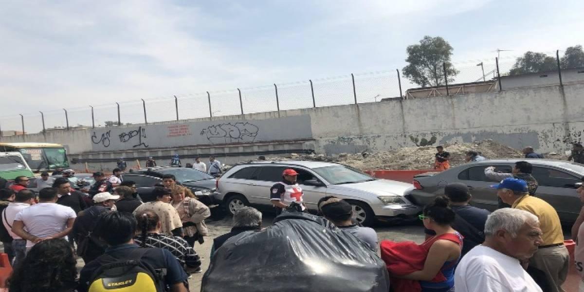 Microbús provoca carambola de siete vehículos en Martín Carrera