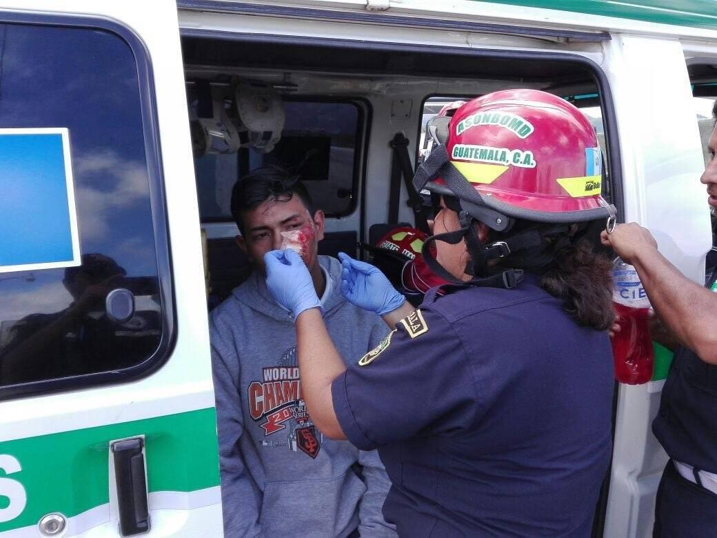 Los bomberos atendieron a un hombre que se derrapó en su motocicleta.