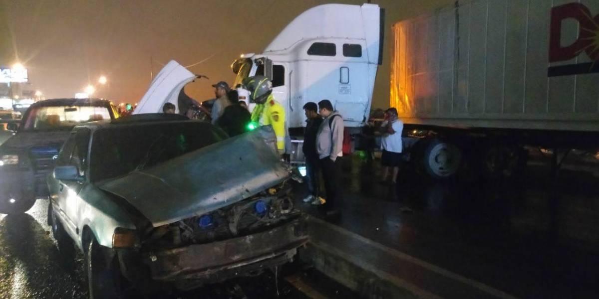 Al menos 15 vehículos chocados en ambas vías sobre Puente Belice