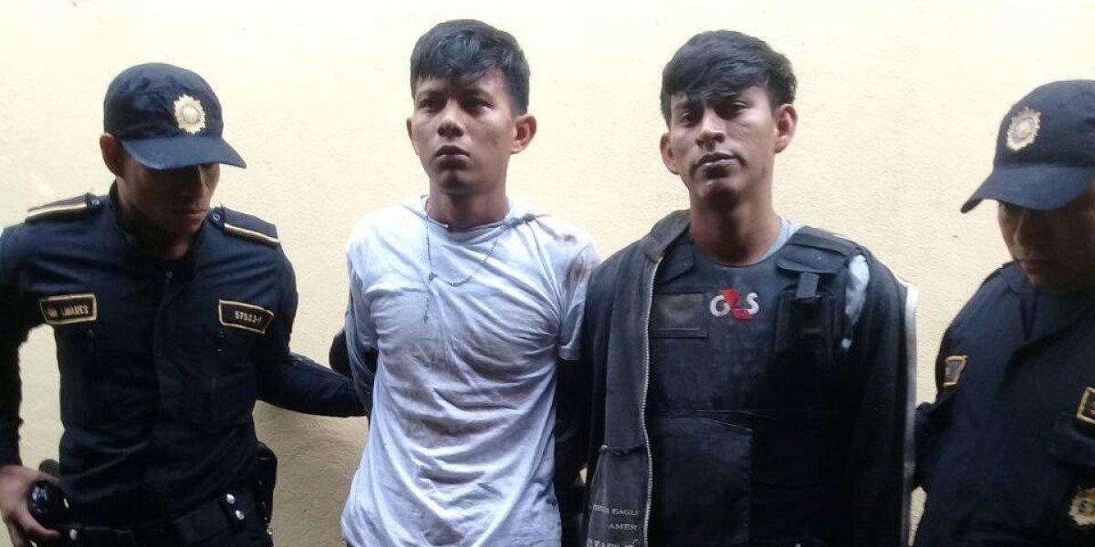 Capturan a dos hombres que atentaron contra un bus urbano