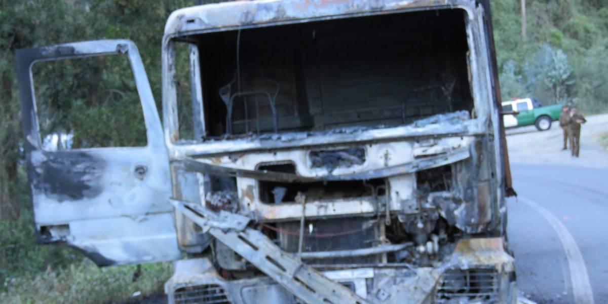 """Alcalde de Contulmo calificó de """"terrorista"""" ataque incendiario que destruyó maquinarias en la Región del Biobío"""