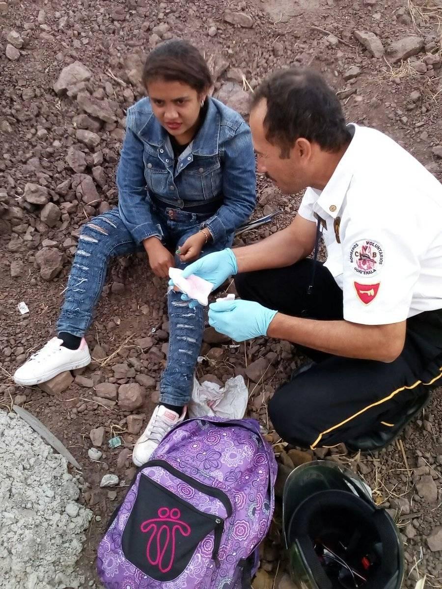 Tres personas que viajaban desde el puerto de San José, Escuintla, se derraparon sobre la carretera.