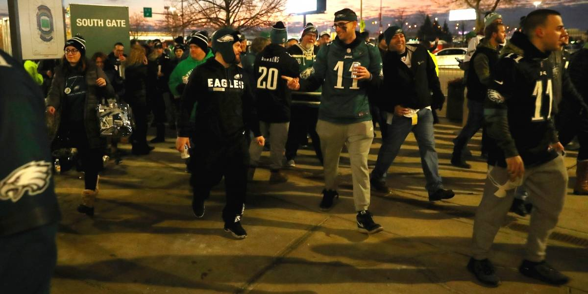 VIDEO: Aficionados de Eagles avientan botella en la cabeza de fan de los Pats