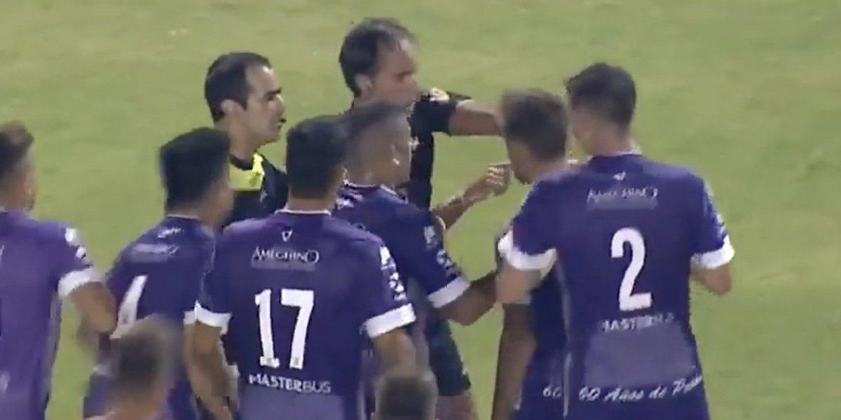 VIDEO: Por finalizar el juego en contragolpe, árbitro casi sale golpeado