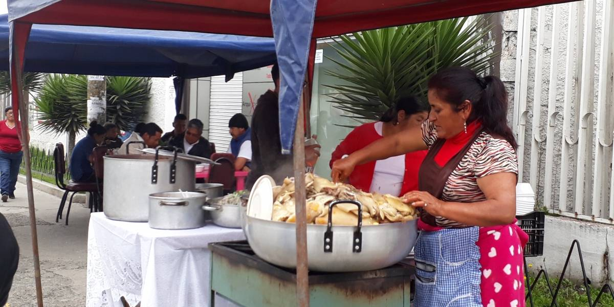 La venta de comida típica acompañó las votaciones en Cuenca