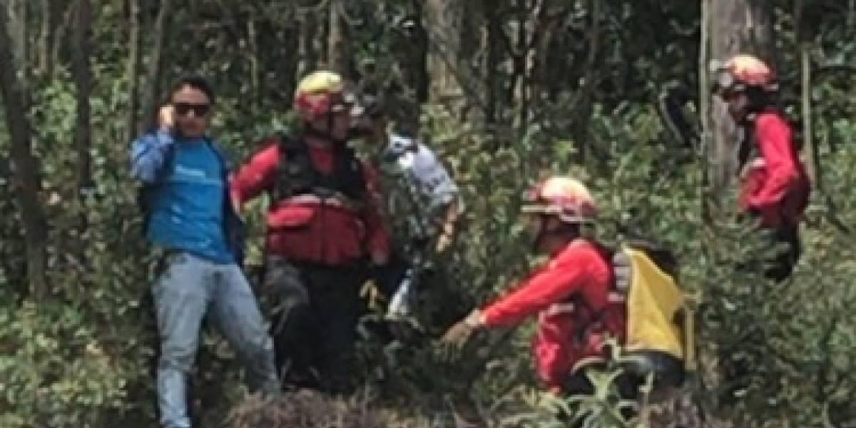 Bomberos rescatan a dos parapentistas que cayeron al bosque en la Simón Bolívar