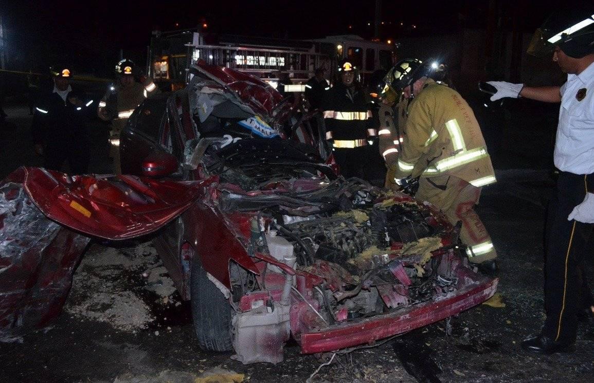 Uno de los vehículos quedo semi destruido.