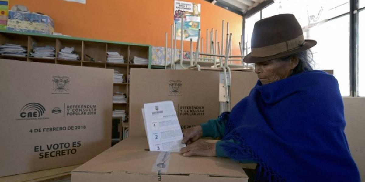 Ecuatorianos votan en referendo sobre el futuro de Correa