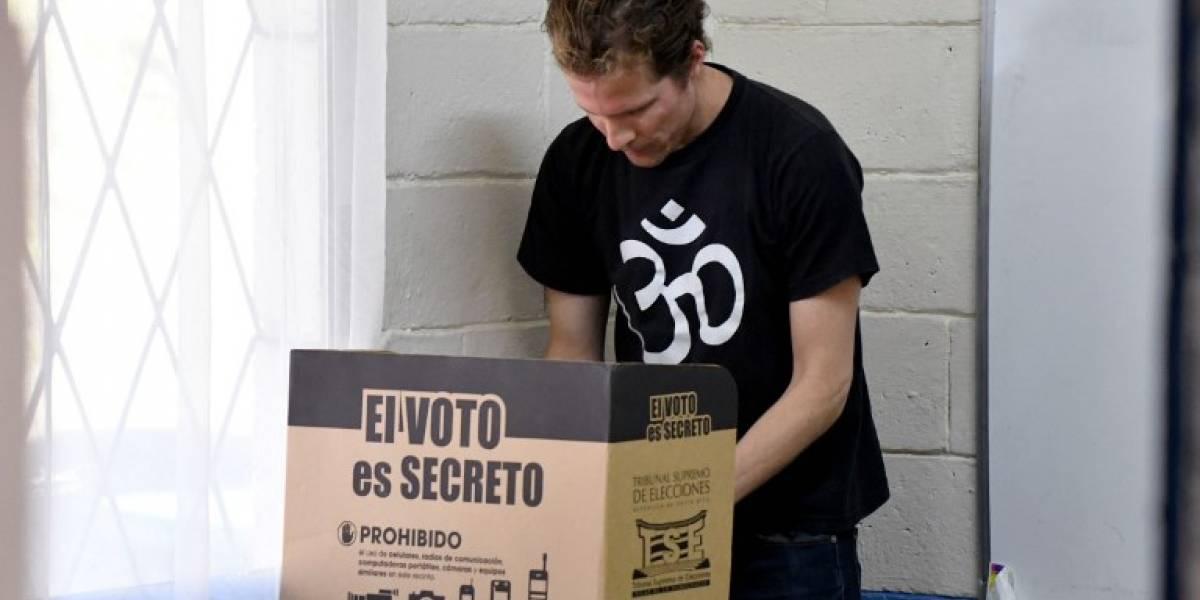 Costarricenses comienzan a votar en elección marcada por la indecisión