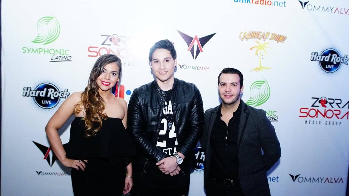 En la primera foto vemos a Tommy Alva cantando; y en la segunda en compañía de Madeleyn Velásquez y Francisco Caamaño.