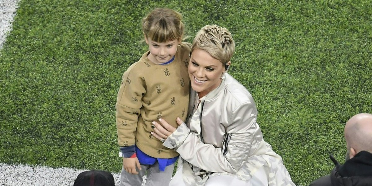 VIDEO. Pink se roba el show con su chicle antes de cantar el himno en el Super Bowl