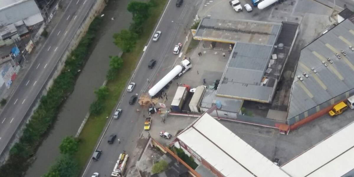 Acidente entre carro e caminhão deixa um morto na zona leste de SP