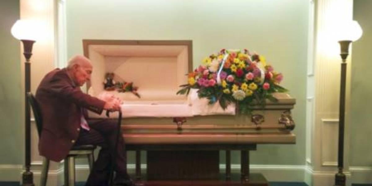 Foto emocionante de idoso sentado ao lado do caixão da esposa viraliza