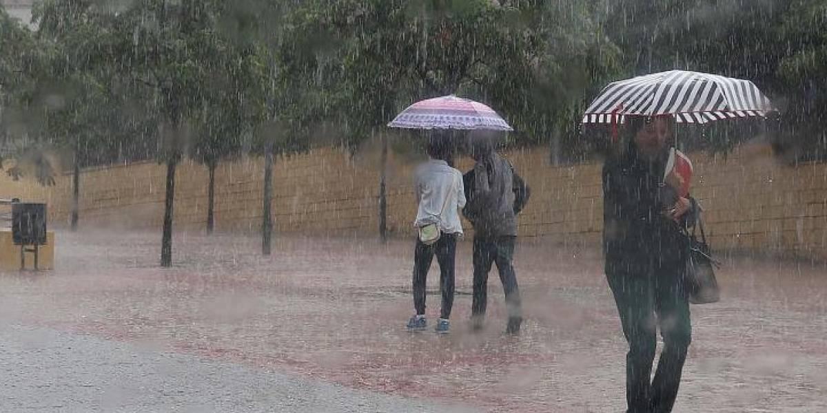 Torrencial lluvia cae en Guayaquil y complica vías