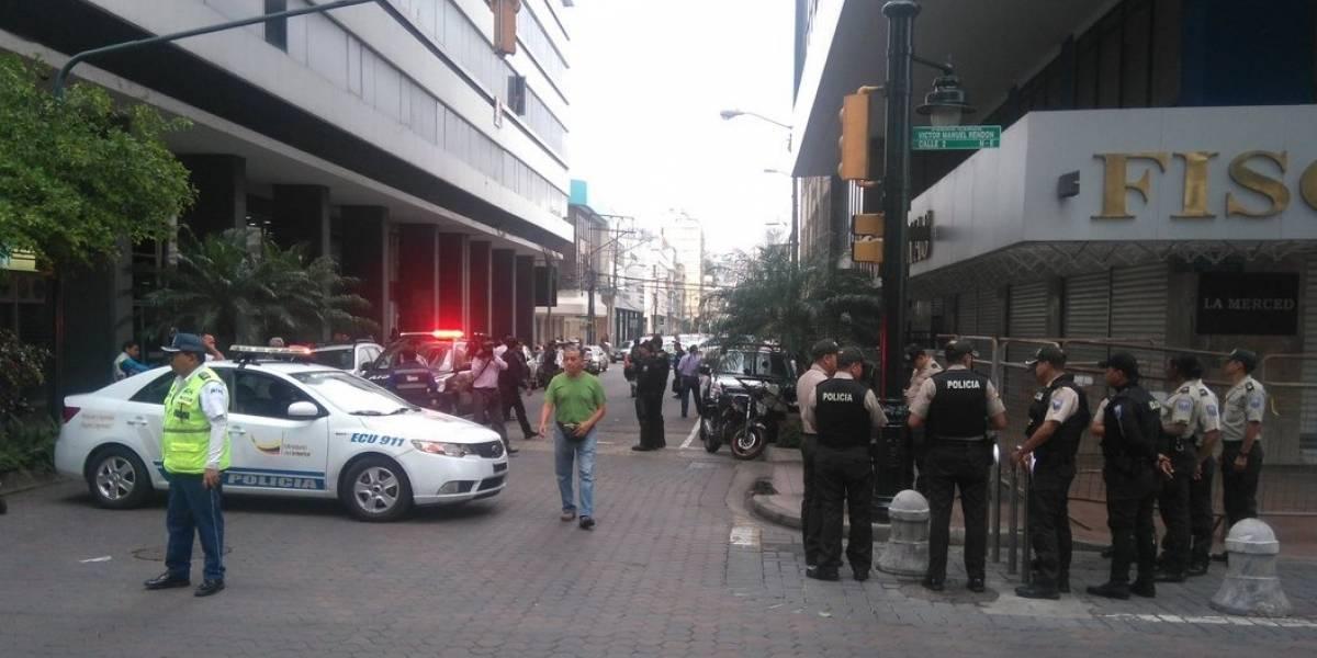 Policía vigila los exteriores de la Fiscalía del Guayas