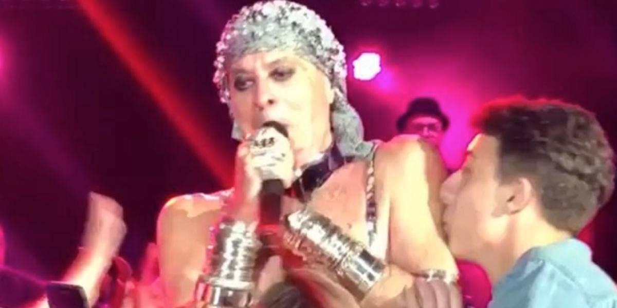 Ney Matogrosso pede respeito durante show: 'Não me puxa, p...'