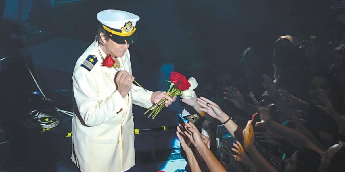 Tenho pânico [da velhice], revela Roberto Carlos à bordo de navio cheio de fãs