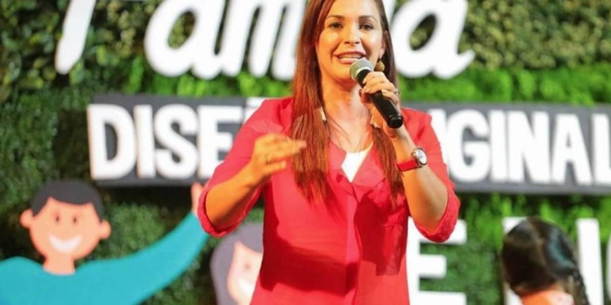 """Video de esposa de candidato costarricenseorando""""en lenguas"""" se vuelve viral"""