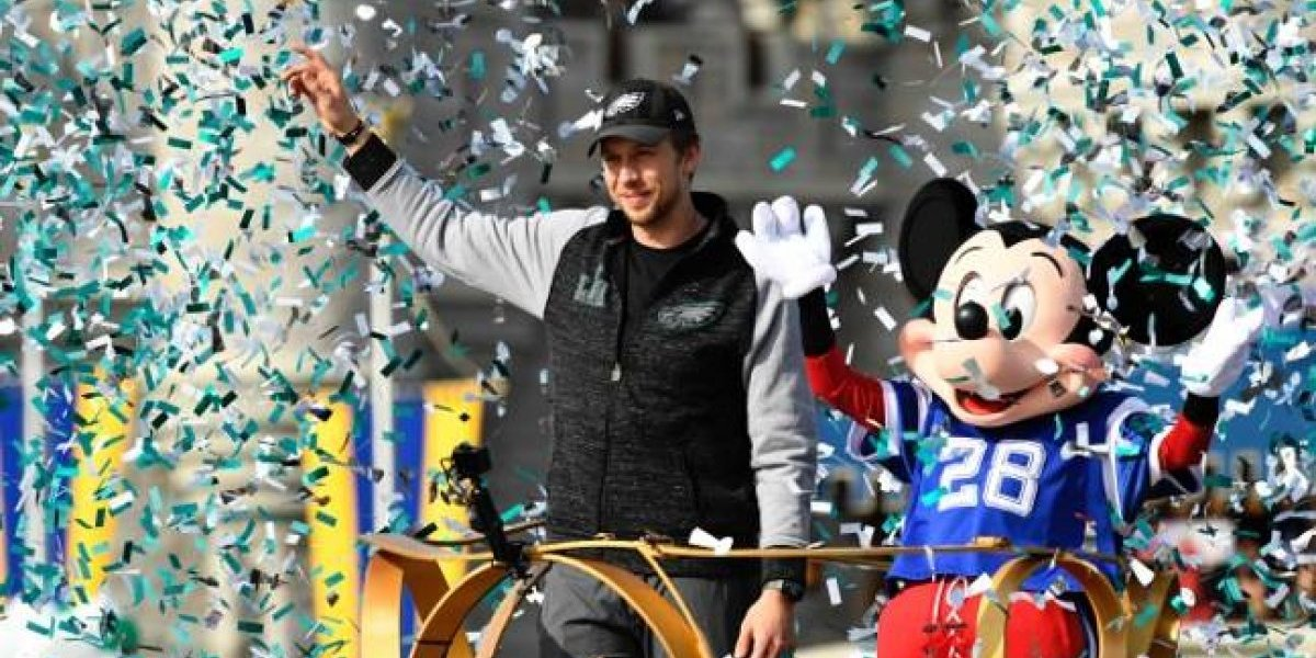 Nick Foles celebra triunfo de los Eagles en Disney World