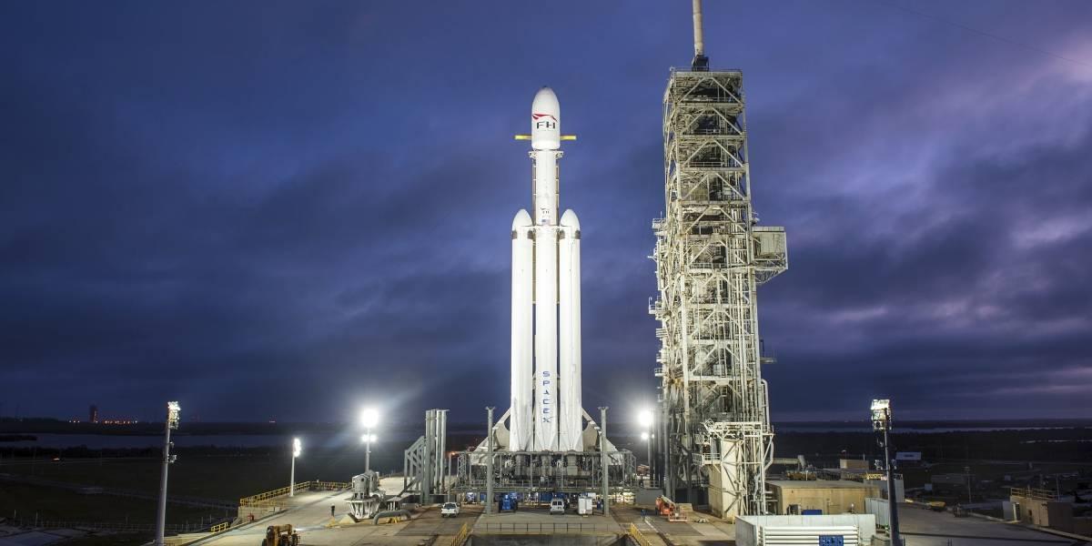 SpaceX lanza un auto convertible rojo al espacio