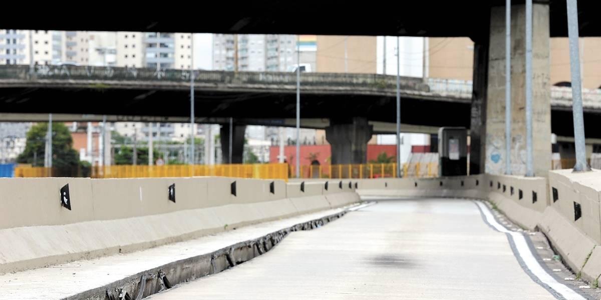 Trecho da pista sobre a avenida do Estado cede 25 cm e é fechado