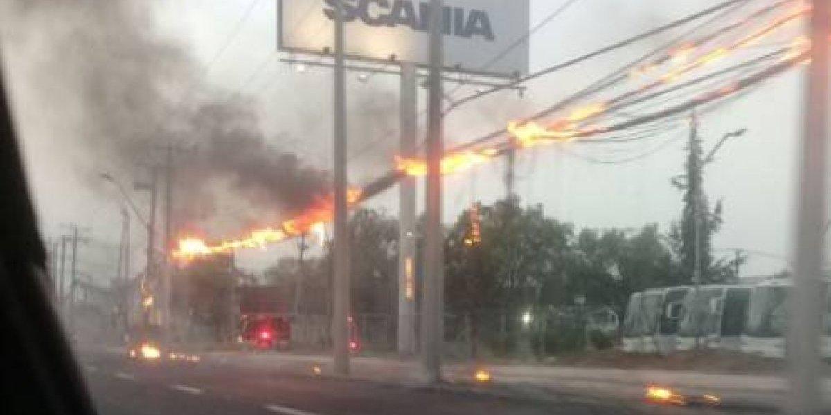 Situación controlada: Cables de telecomunicaciones se incendiaron en la Ruta 5 Norte en la comuna de Quilicura