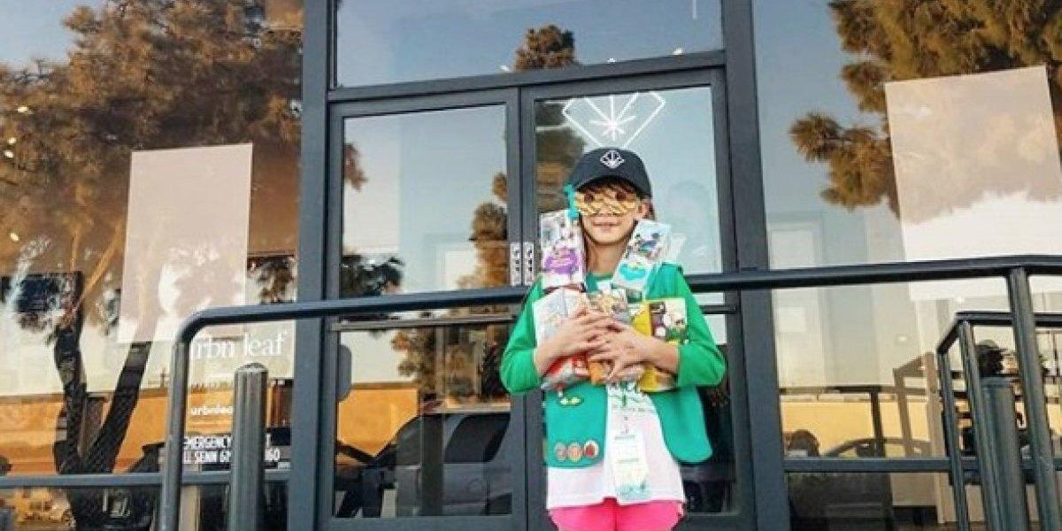 Niña exploradora se instala frente a dispensario marihuana y vende todas sus galletas