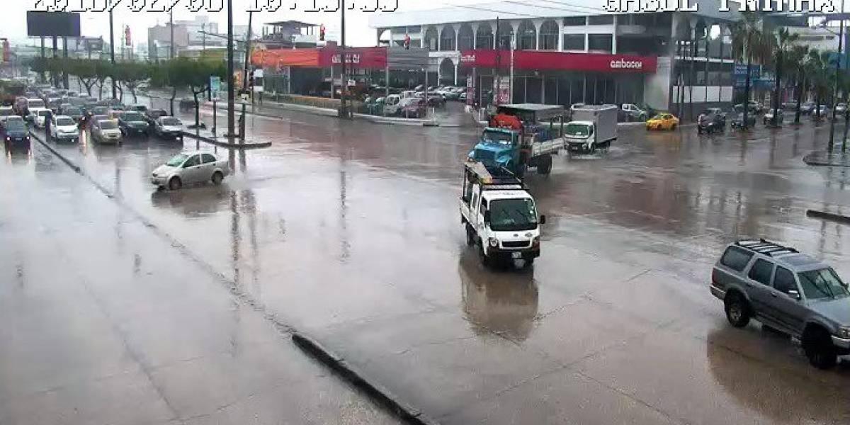 Tráfico pesado y accidentes por lluvias en Guayaquil