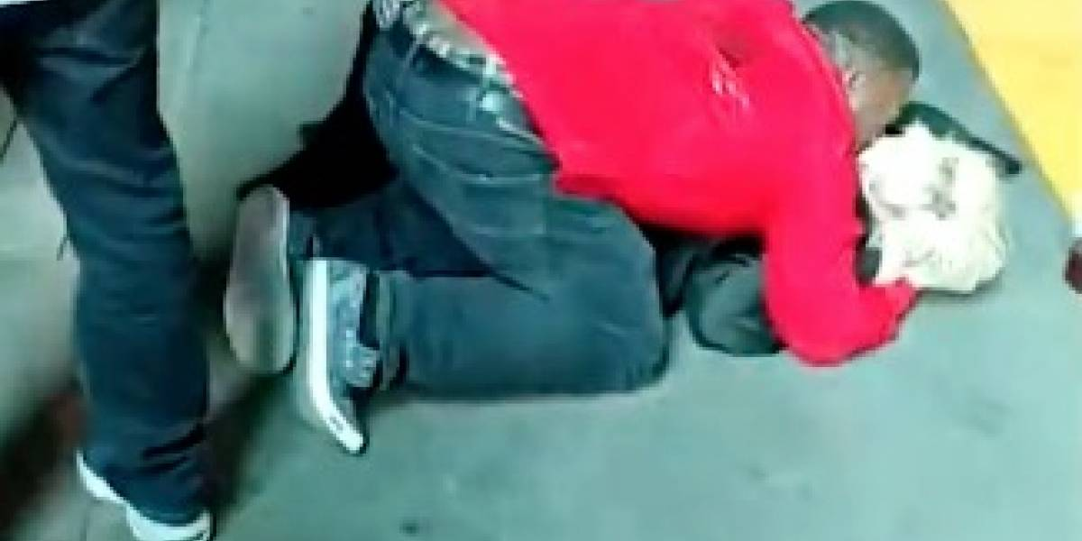 Hombre abusa de joven ebria en plena calle sin que nadie intervenga