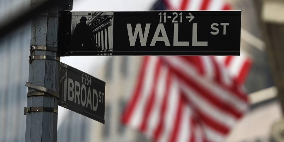 ¿Por qué se desplomó así la bolsa de valores en Wall Street?
