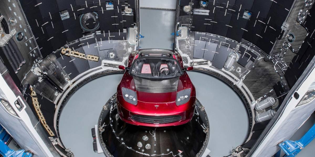 Foguete jumbo Falcon Heavy parte para o espaço levando carro Tesla; veja vídeo