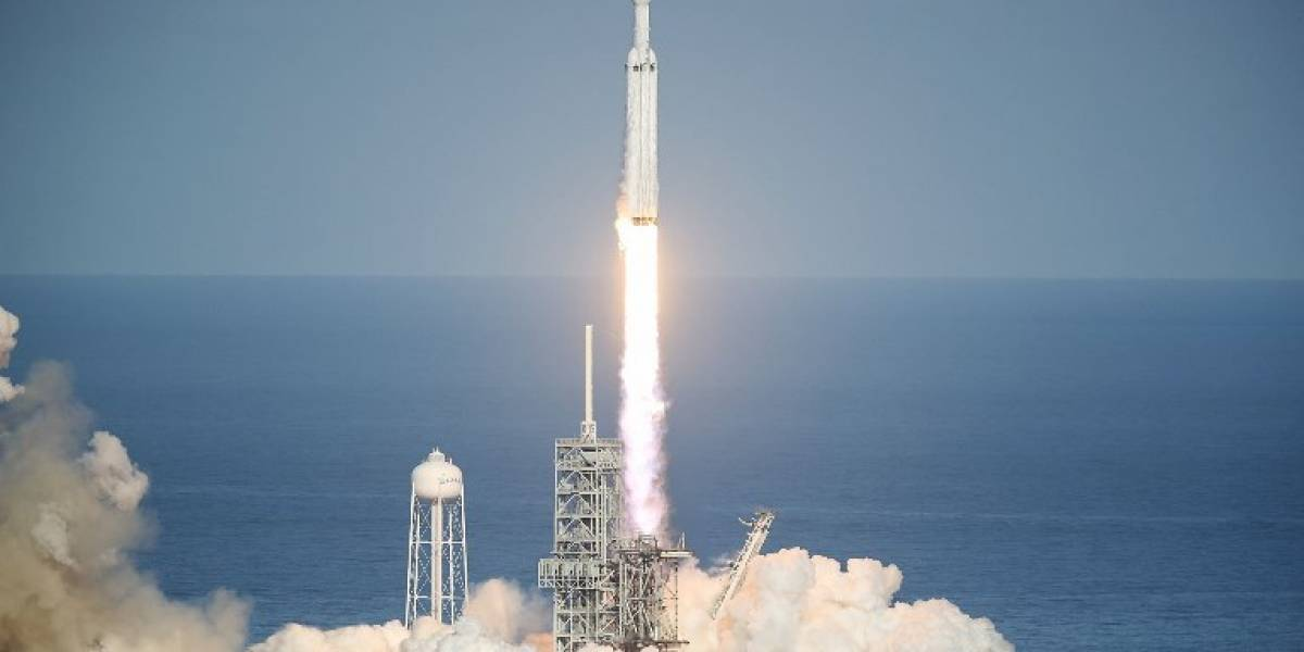"""VIDEO.SpaceX lanza con éxito el cohete """"más poderoso del mundo"""""""