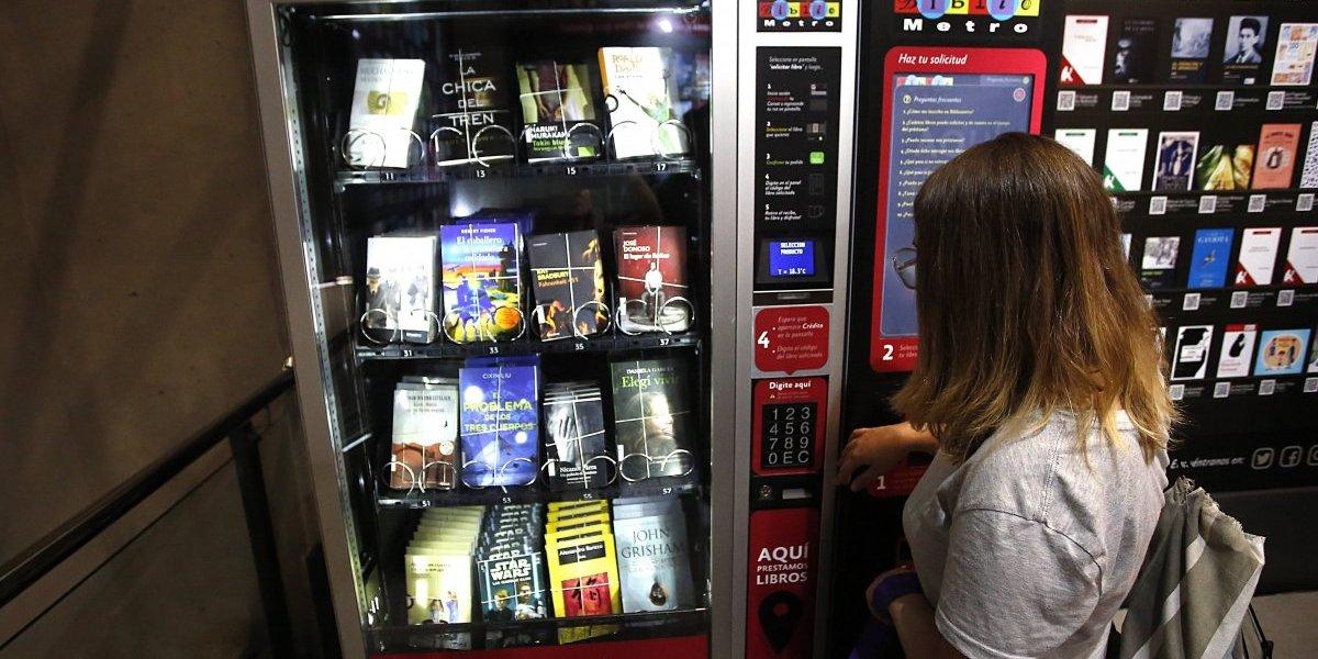 Un libro en tu viaje: máquinas dispensadoras prometen acercar a la lectura a pasajeros de la Linea 6