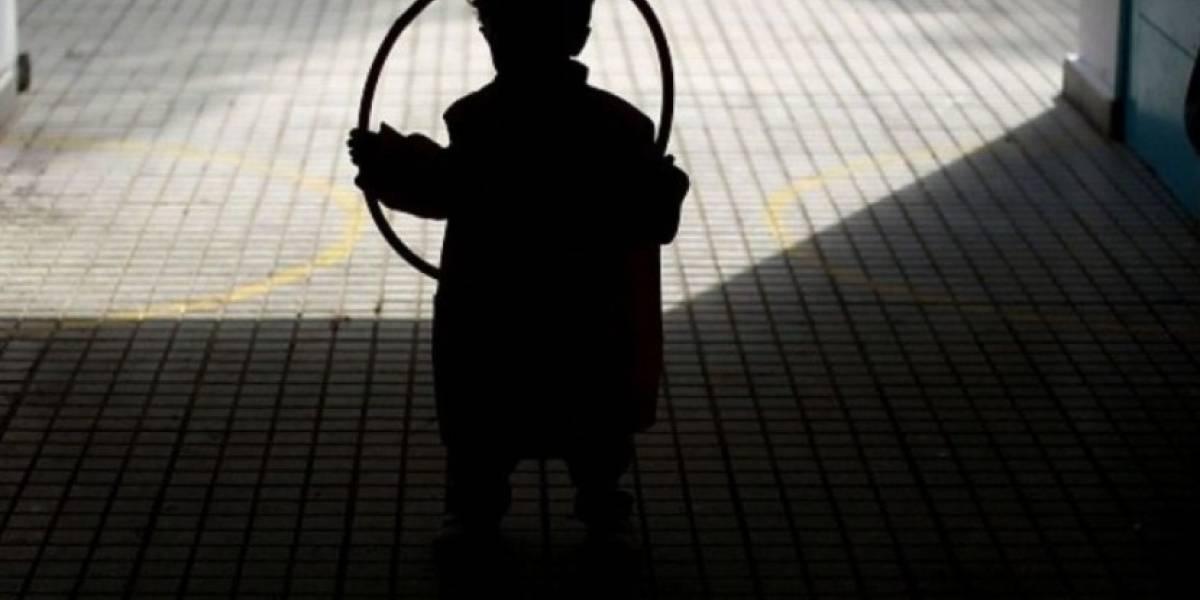 Su hijo fue agredido sexualmente por un grupo de jóvenes y padre lo castiga poniéndole un fierro caliente en los genitales