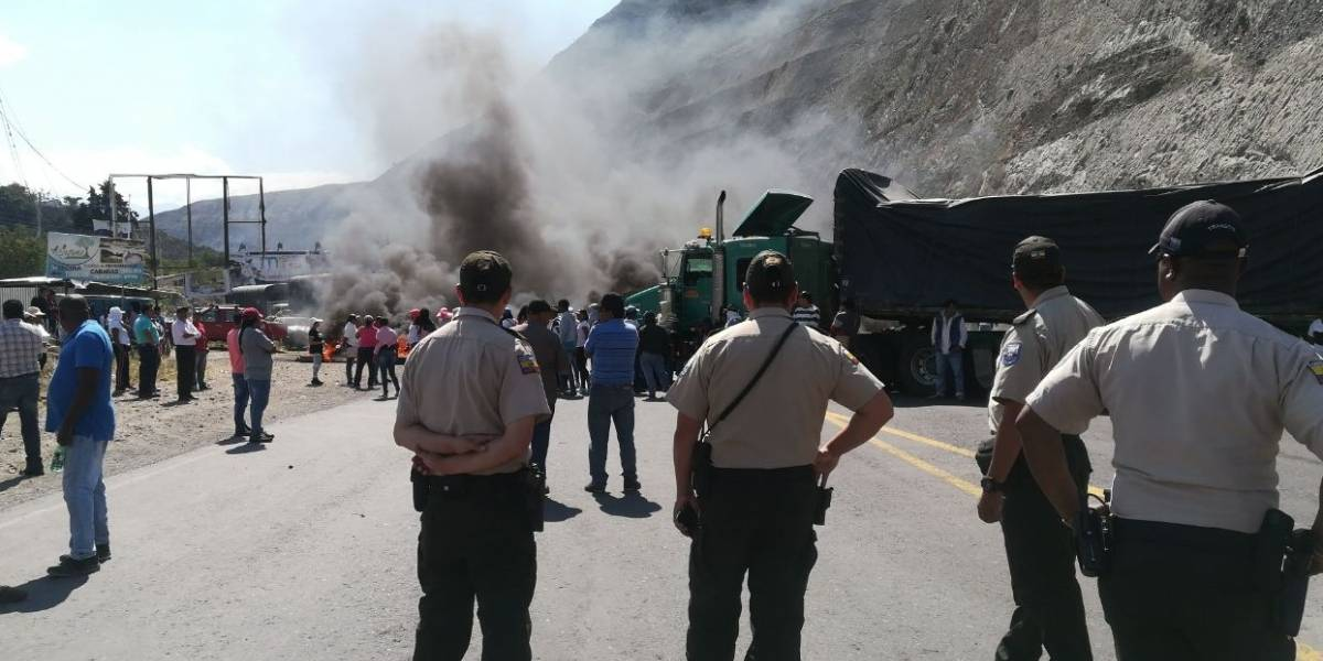 Paso vehicular restringido en la vía Imbabura-Carchi por protestas