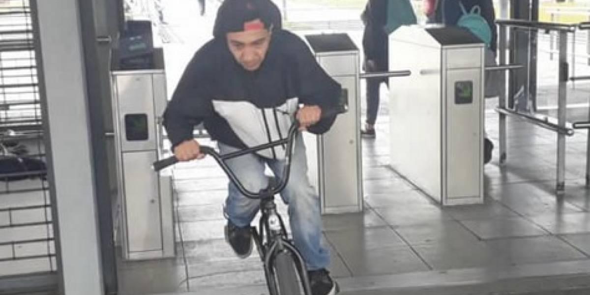 Ya no hay vergüenza en TransMilenio: joven se coló montando en bicicleta