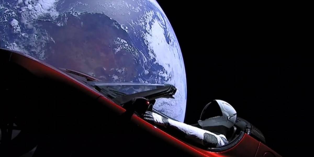 FOTO. La curiosa frase que lleva grabada el auto enviado al espacio por SpaceX